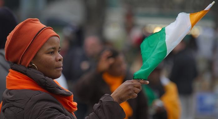 Image of woman holding Côte d'Ivoire flag
